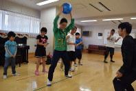 ヒップホップダンスの練習でリズムに合わせて体を動かそうとする「あしたのつばさ」の子どもたち=北九州市八幡西区で