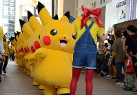 Pikachus walk through Yokohama's Minato Mirai district on Aug. 9, 2017. (Mainichi)