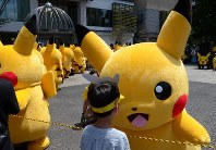 Pikachus greet fans in Yokohama's Minato Mirai district on Aug. 9, 2017. (Mainichi)