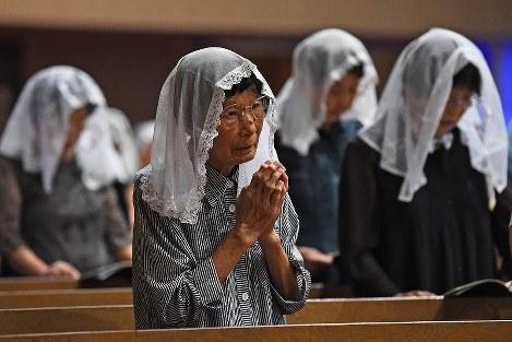 早朝ミサで原爆犠牲者の冥福と平和を祈る人たち=長崎市の浦上天主堂で2017年8月9日午前6時1分、矢頭智剛撮影