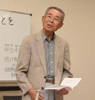 記者会見する岡田紀子さんの夫外志さん=岐阜市で