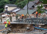 九州北部を襲った豪雨災害で、行方不明者の捜索活動をする自衛隊員ら=福岡県朝倉市で7月7日、長谷川直亮撮影