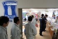 東京電力福島第1原発構内のコンビニ。作業員がレジに並んでいた=7月27日、和田大典撮影