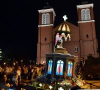 Torchbearers set out from Urakami Cathedral with a statue of the Virgin Mary that was exposed to the atomic bombing of Nagasaki, in the city on the evening of Aug. 9, 2017. (Mainichi)