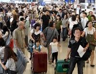 お盆休みを海外で過ごす人たちでにぎわう国際線出発ロビー=関西国際空港で2017年8月10日午前8時20分、平川義之撮影