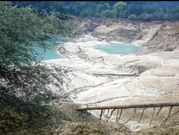 中国地震:九寨溝の池「火花海」...