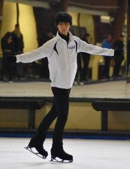 Figure skater Yuzuru Hanyu practices during a public workout in Toronto, Canada, on Aug. 8, 2017. (Mainichi)