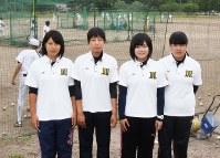 チームに随行する木村さん(右から2人目)と田宮さん(同3人目)=秋田市で