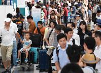 お盆休みを海外で過ごす人たちで混雑する中部空港国際線出発ロビー=愛知県常滑市で10日午前8時10分、木葉健二撮影