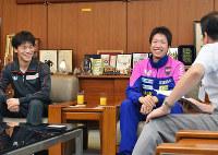 野志克仁・松山市長を訪れた卓球の水谷隼選手(中央)ら=松山市役所で、近藤美香撮影