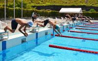 一斉にプールに飛び込む選手たち=和歌山県橋本市の前川・古川記念プールで、松野和生撮影