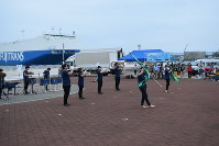 観客を楽しませる苫小牧駒沢大マーチングバンド部員たち