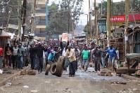 ケニア大統領選の結果に反発し「オディンガ氏が大統領にならなければ平和はない」と叫ぶ若者ら=ナイロビのキベラ・スラムで8月12日、小泉大士撮影
