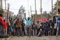 ケニア大統領選の結果に反発し、治安部隊とにらみ合う若者ら=ナイロビのキベラ・スラムで8月12日、小泉大士撮影