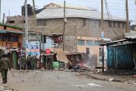暴徒化した若者を追い払う治安部隊=ナイロビのキベラ・スラムで8月12日、小泉大士撮影