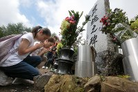 昇魂之碑の前で手をあわせる遺族=群馬県上野村の御巣鷹の尾根で2017年8月12日午前8時4分、和田大典撮影