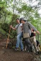 御巣鷹の尾根を目指す遺族=群馬県上野村ので2017年8月12日午前6時48分、和田大典撮影
