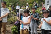 昇魂之碑の前で犠牲者を悼み黙とうする人たち=群馬県上野村の御巣鷹の尾根で2017年8月12日午前10時29分、和田大典撮影