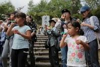 昇魂之碑の前で犠牲者を悼み、シャボン玉を飛ばす人たち=群馬県上野村の御巣鷹の尾根で2017年8月12日午前10時34分、和田大典撮影