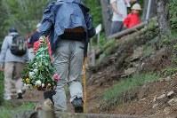 花束を手に登山道を登る人たち=群馬県上野村で2017年8月12日午後0時6分、和田大典撮影