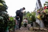 事故の犠牲者を悼み昇魂之碑の前で手をあわせる人たち=群馬県上野村の御巣鷹の尾根で2017年8月12日午後0時37分、和田大典撮影