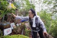 御巣鷹の尾根にある銘標を家族と訪れた大橋史子さん(75)。冥福を祈り、帰る際には「来年もまた来るからね」と語りかけた=群馬県上野村で2017年8月12日午前11時55分、和田大典撮影