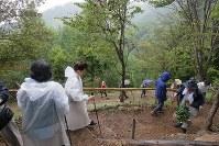 雨が降る中、登山道を行き交う遺族ら=群馬県上野村で2017年8月12日午後0時2分、和田大典撮影