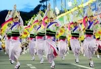 阿波踊りが開幕し、軽快なリズムに乗って踊る踊り手たち=徳島市で2017年8月12日午後7時1分、貝塚太一撮影