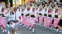 阿波踊りが開幕し、軽快なリズムに乗って踊る踊り手たち=徳島市で2017年8月12日午後5時59分、貝塚太一撮影