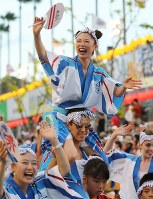 阿波踊りが開幕し、軽快なリズムに乗って踊る踊り手たち=徳島市で2017年8月12日午後6時40分、貝塚太一撮影