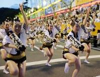 阿波踊りが開幕し、軽快なリズムに乗って踊る踊り手たち=徳島市で2017年8月12日午後6時57分、貝塚太一撮影