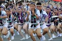 阿波踊りが開幕し、軽快なリズムに乗って踊る踊り手たち=徳島市で2017年8月12日午後6時22分、貝塚太一撮影