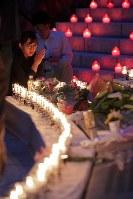 日航機墜落事故の追悼慰霊式後、犠牲者の名前が刻まれた銘板を見つめる女性=群馬県上野村で2017年8月12日午後7時2分、和田大典撮影