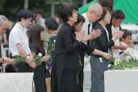 追悼慰霊式で献花して手をあわせる遺族ら=群馬県上野村の慰霊の園で2017年8月12日午後6時17分、和田大典撮影