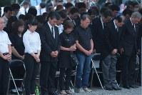 慰霊の園で墜落時刻の午後6時56分にあわせて黙とうする遺族ら=群馬県上野村で2017年8月12日午後6時55分、和田大典撮影