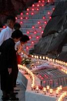 日航機墜落事故の犠牲者を悼み慰霊の園で灯されたろうそく=群馬県上野村で2017年8月12日午後6時47分、和田大典撮影