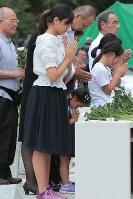 追悼慰霊式で献花して手をあわせる遺族ら=群馬県上野村の慰霊の園で2017年8月12日午後6時19分、和田大典撮影