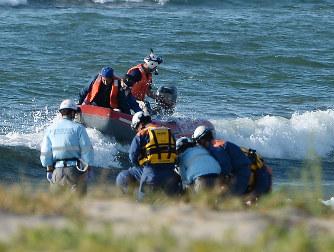 水難事故:4人流され2人死亡 5歳...