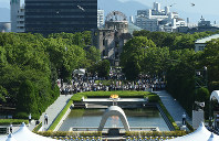 In this file photo, the 72nd Hiroshima Peace Memorial Ceremony is held at the Hiroshima Peace Memorial Park in the city's Naka Ward on Aug. 6, 2017. (Mainichi)