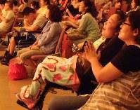 ゴスペルに耳を傾け、笑顔を見せる子どもたち=横浜市港北区で