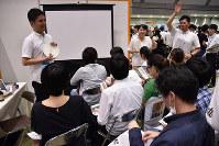 学生でごったがえすインターンシップイベント会場=東京都江東区の東京ビッグサイトで7月8日