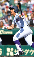 【大垣日大―天理】四回裏天理1死、神野が左越え本塁打を放つ=阪神甲子園球場で2017年8月13日、徳野仁子撮影