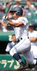 【三本松―下関国際】二回表三本松1死、渡辺が左中間本塁打を放つ=阪神甲子園球場で2017年8月13日、幾島健太郎撮影