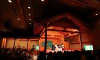 ホテル内の能楽堂で伝統衣装で対局する日本代表ペアと韓国代表ペア=東京都渋谷区で2017年8月13日午後1時46分、長谷川直亮撮影