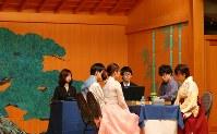 ホテル内の能楽堂で伝統衣装で対局する日本代表ペアの井山裕太九段(右から2人目)、謝依旻六段(右)と韓国代表ペア=東京都渋谷区で2017年8月13日午後1時45分、長谷川直亮撮影