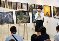 作品を前に制作活動を振り返る基町高校の生徒=広島市中区で、山田尚弘撮影