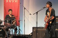 観客の前で楽曲を披露する高校生たち=盛岡市中ノ橋通のプラザおでってで2017年8月13日午後2時16分、藤井朋子撮影