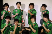 日本eスポーツリーグで初優勝し、ガッツポーズを決める東京ヴェルディの選手たち=東京都江戸川区で2017年8月13日午後4時12分、兵頭和行撮影
