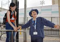 スロープの幅を測る「ユニバーサルマップ」の調査メンバーたち=大阪府大東市で、金志尚撮影