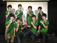 日本eスポーツリーグで初優勝し、ポーズを決める東京ヴェルディの選手たち=江戸川区で